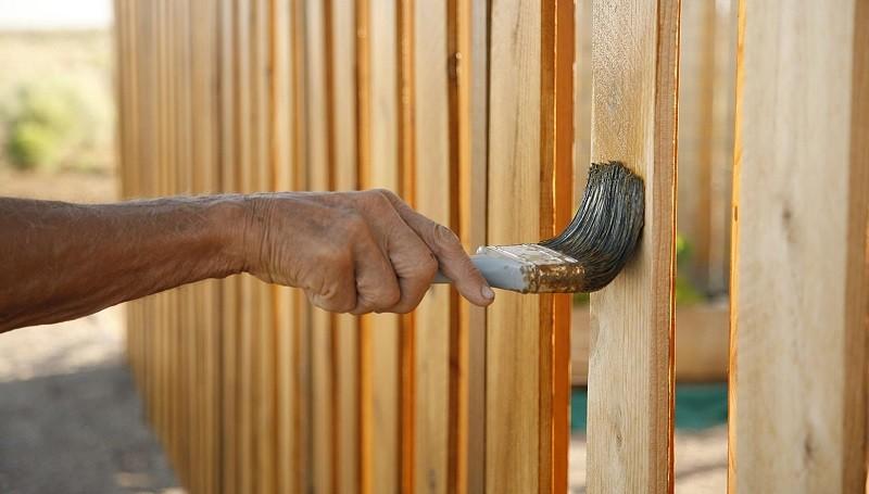 Как покрасить деревянный забор правильно?