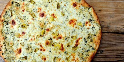 Рецепт белой пиццы с песто и овощами