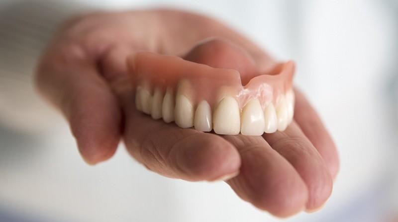Как быстрее привыкнуть к зубным протезам