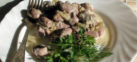Куриные сердечки тушеные в сметане с луком: рецепт пошагово