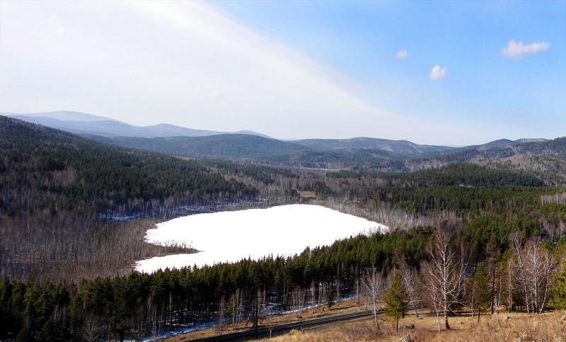 Пустое озеро зимой
