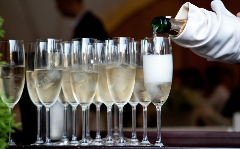 Шампанское наливают в фужеры
