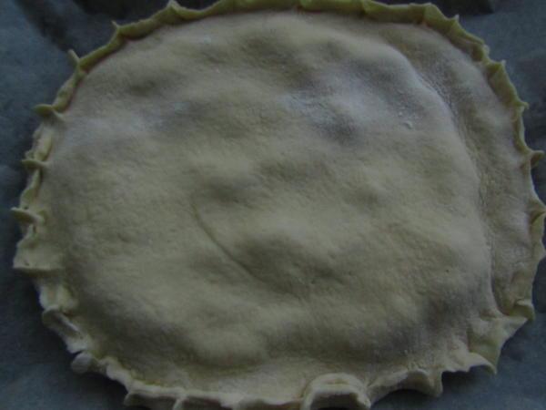 Раскатайте и покройте пирог второй частью теста