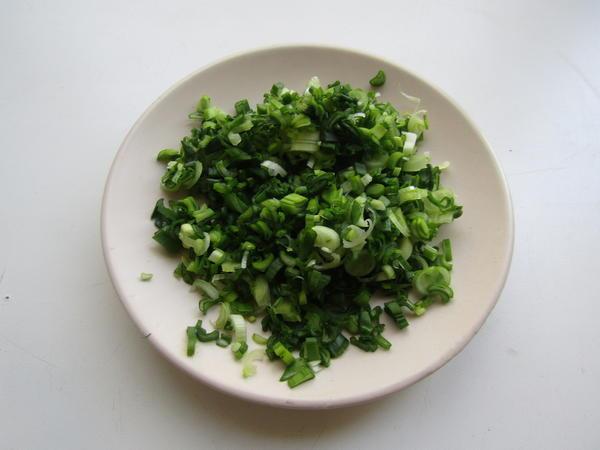 Мелко нарезаем зеленый лук