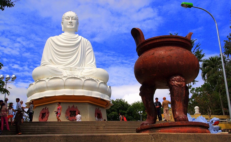 Статуя Будды около пагоды Лонг