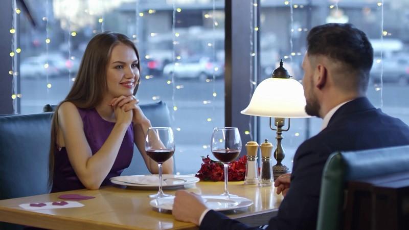 Женщина слушает мужчину на свидании