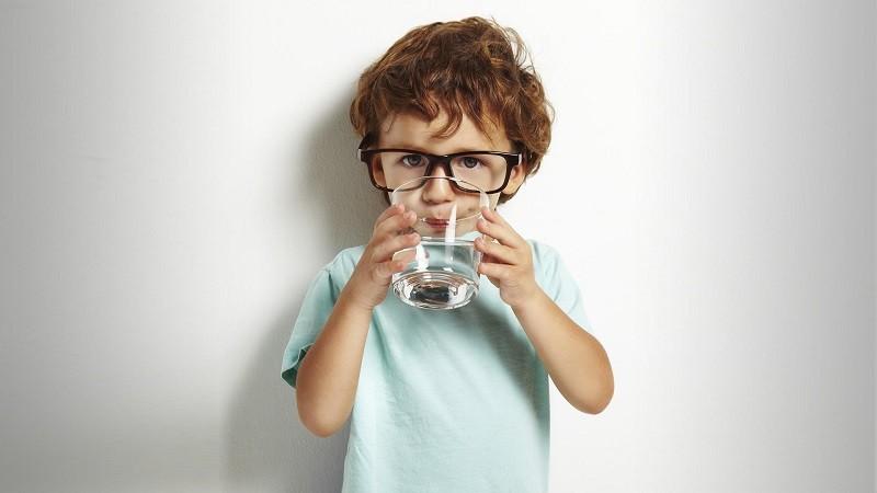 Сколько нужно пить воды детям?