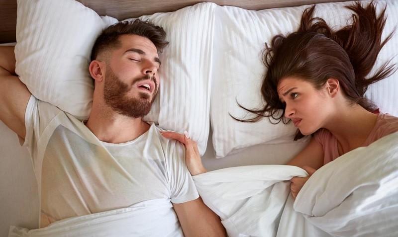 Резкое прерывание сна может испугать кроху и навредить неокрепшей психике.