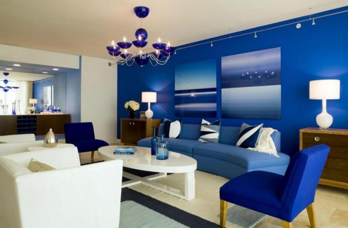 Яркий синий в гостинной