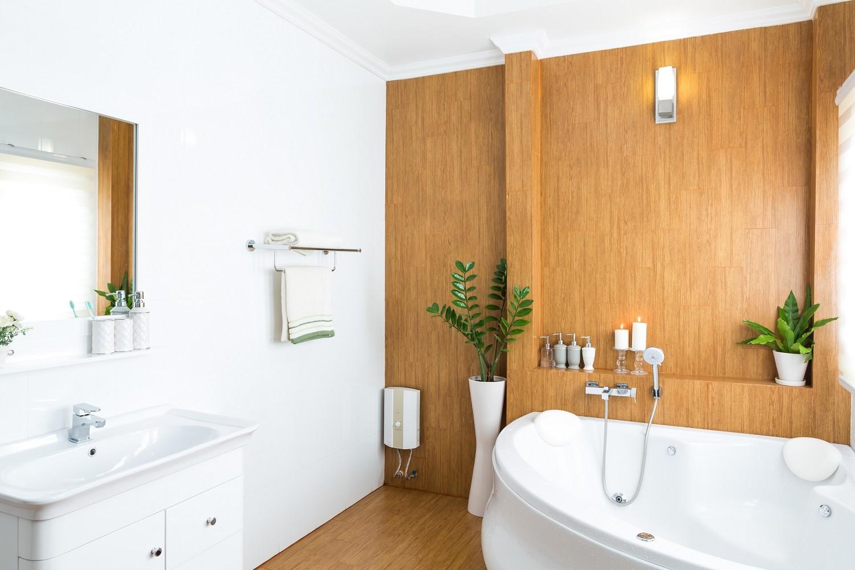 Фото интерьера ванной комнаты с сочетанием коричневого и белого