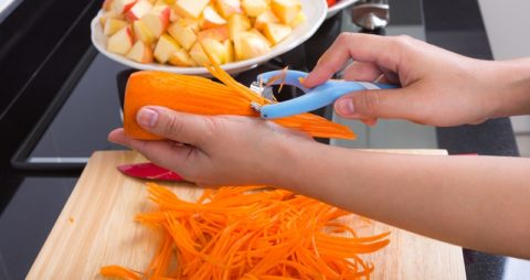 Пикантный морковный салат с чесноком, яблоком и апельсиновым соком
