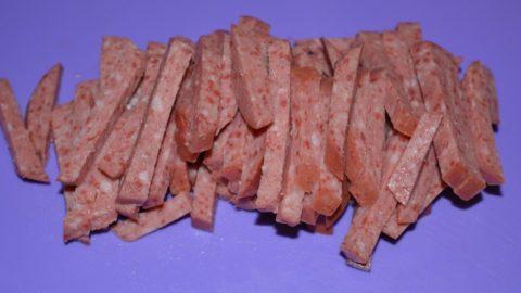 Cалат с колбасой, кукурузой и чипсами