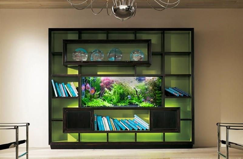 Интересный вариант интерьера - аквариум, встроенный в книжный шкаф