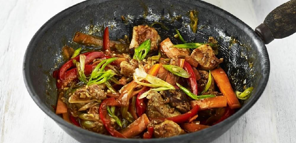 Свинина по-китайски с овощами, в кисло-сладком соусе, фото