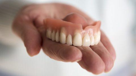 Как быстрее привыкнуть к зубным протезам — советы